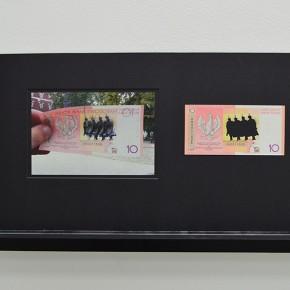 Vista en sala | 10 Złoty. Serie Calados capitales en lugares de paso #3. Polonia | 2013 | Fotografia sobre papel moneda y billetes (dinero) | 45 x 25 cm