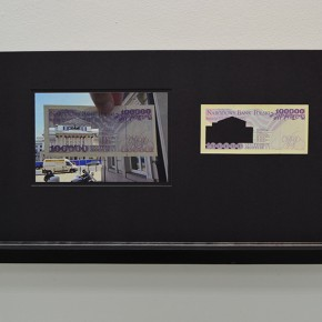 Vista en sala | 100.000 Złoty. Serie Calados capitales en lugares de paso #3. Polonia | 2013 | Fotografia sobre papel moneda y billetes (dinero) | 45 x 25 cm