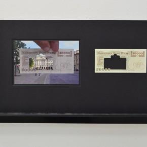 Vista en sala | 50.000 Złoty. Serie Calados capitales en lugares de paso #3. Polonia | 2013 | Fotografia sobre papel moneda y billetes (dinero) | 45 x 25 cm