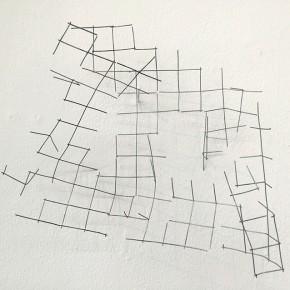Malla interrumpida 2 | 2014 | Alambre cedazo galvanizado. Trama de 1 22 x 19 x 12 cms Papel Bond cuadriculado y tinta 27.6 x 21.5 cms