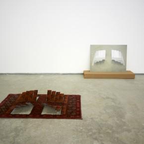 Escultura Roja | 2014 | Foto-escultura. Alfombra seccionada, pieza de cobre, cartón y madera | Alfombra y escultura: 13 x 50 x 90 cm / Fotografía: 50 x 70 cm